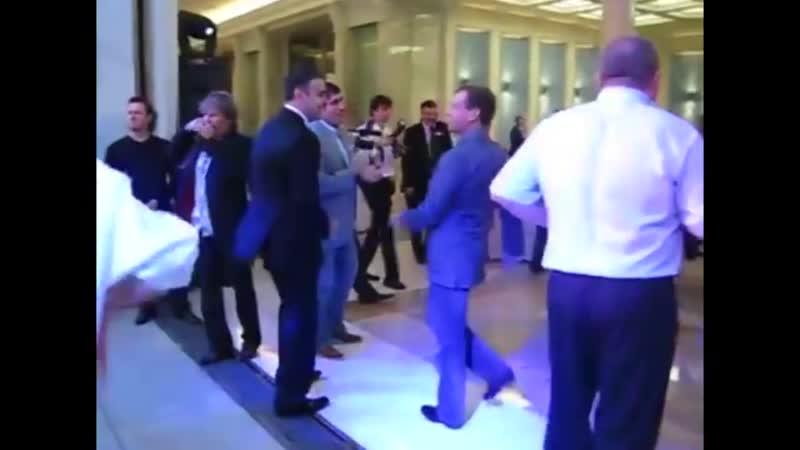 Танец Медведева объединил весь мир