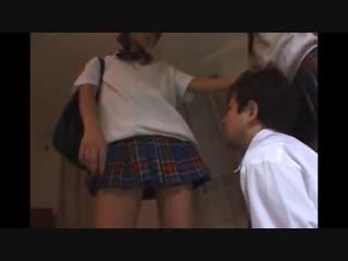 変態の男が女子高生が強い!男をビンタ