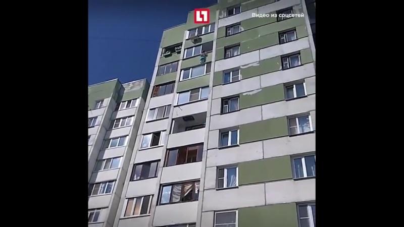 В Петербурге ребенок вылез из окна балкона и повис на карнизе
