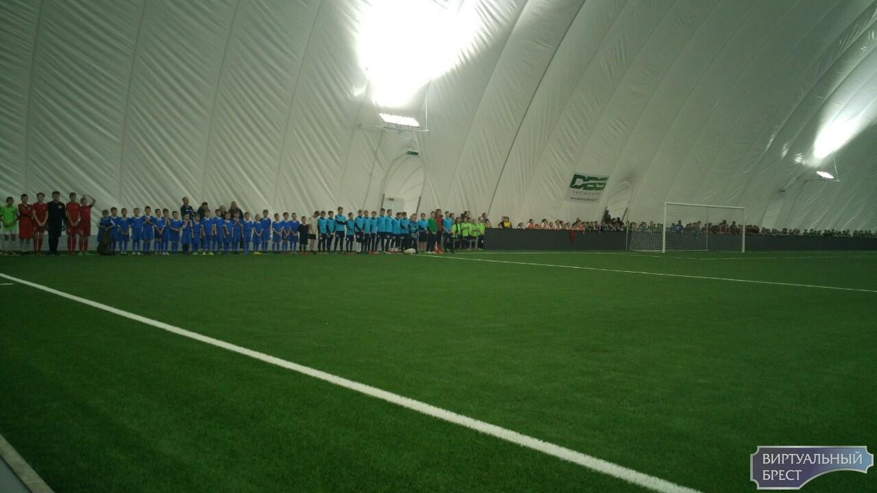 В Бресте проходит церемония официального открытия футбольного манежа