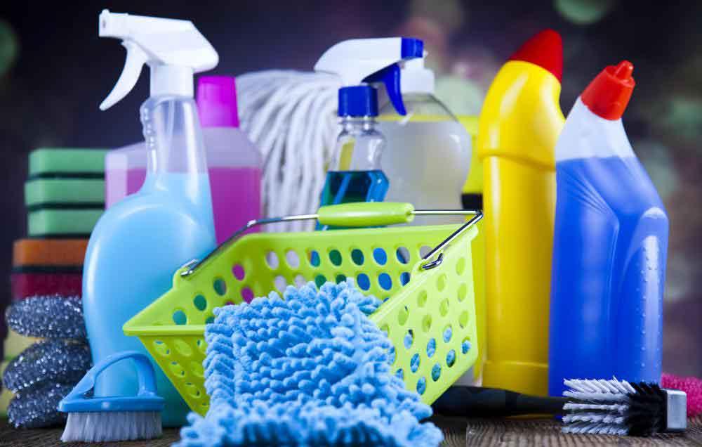 Различные чистящие средства содержат дезинфицирующие растворы.