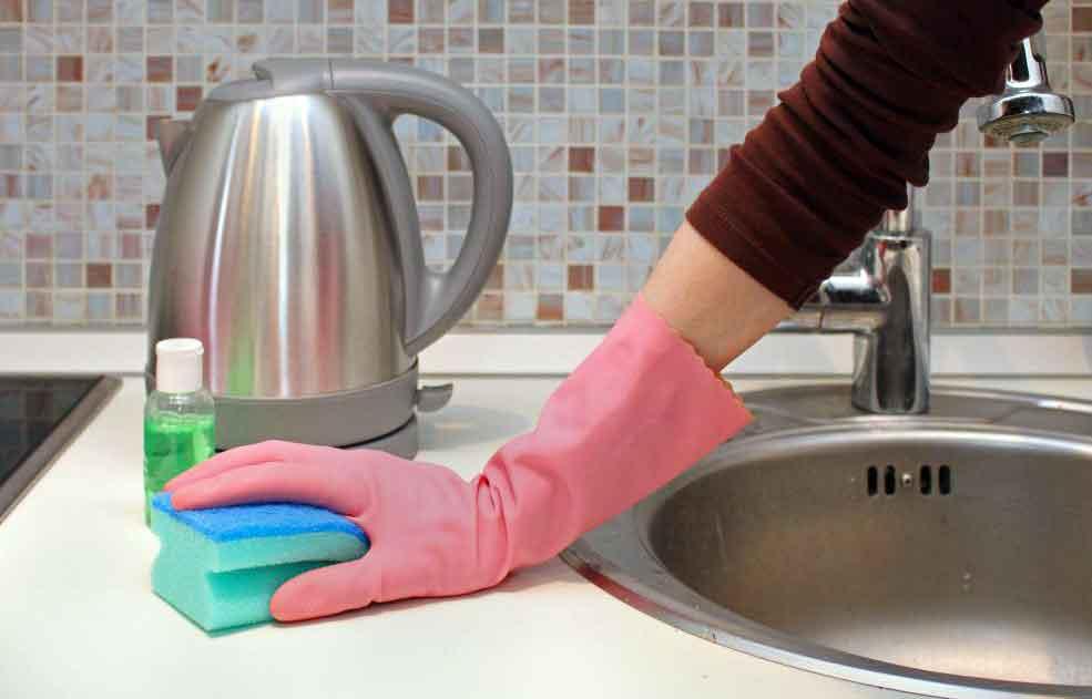 Использование дезинфицирующих средств является важным шагом в уборке ванной комнаты, чтобы предотвратить распространение микробов.