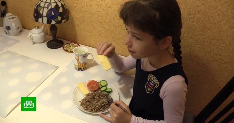 Кулинарные страсти: в школе Екатеринбурга ученице запретили приносить еду из дома