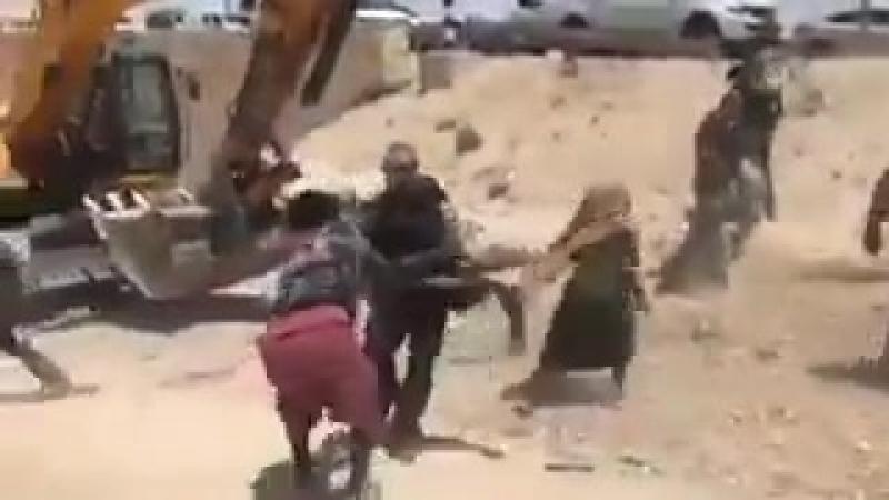 Сионисты разрушая дома палестинцев, арестуют палестинских мужчин перед глазами их жен и детей