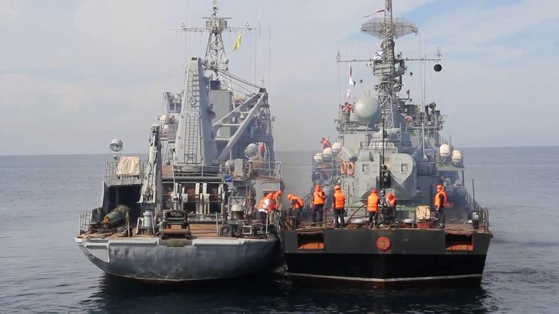 На Черноморском флоте отработали нестандартный способ пополнения боезапаса корабля