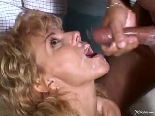 Муж смотрит как его зрелую жену ебут на лужайке перед домом | Sammie Sparks MILF mature swingers cuckold sexwife свингеры милф