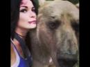 Русская косплей-модель сфотографировалась с медведем