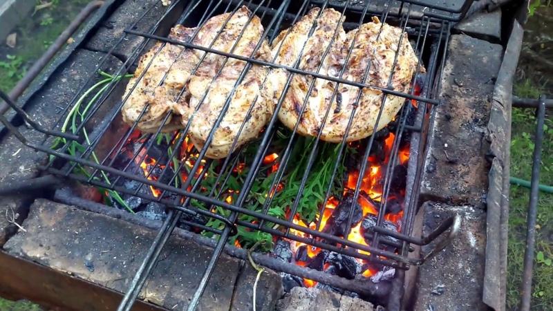Большой куриный грудак на мангале. Готовим куриную грудку на углях.