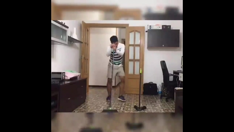 Latinos limpiando la casa.
