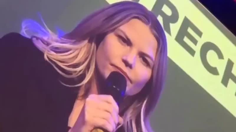 Дженнифер прибывает на панель QA на Голландском Комик-Коне