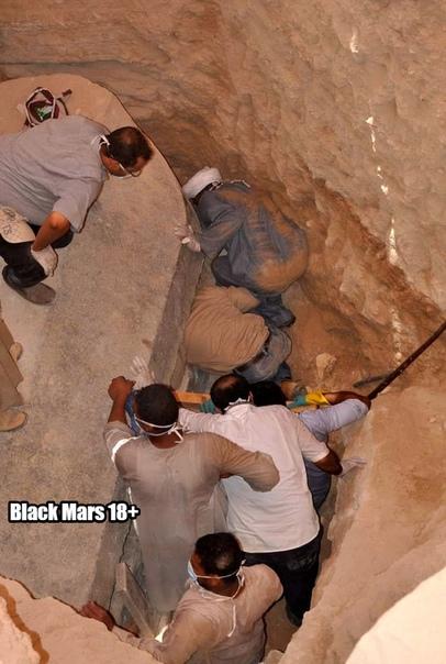 египетские ученые наконец-то вскрыли загадочный черный саркофаг, найденный в александрии на глубине 5 метров. в нем оказались три скелета, получившие серьезные повреждения из-за просочившейся внутрь саркофага воды. останки, скорее всего, принадлежат