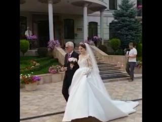 папа - главный мужчина в жизни девушки передает судьбу своей дочери, доверяя её другому мужчине - её будущему мужу) Это