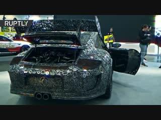 Porsche как предмет искусства: художники собрали машину из металлолома