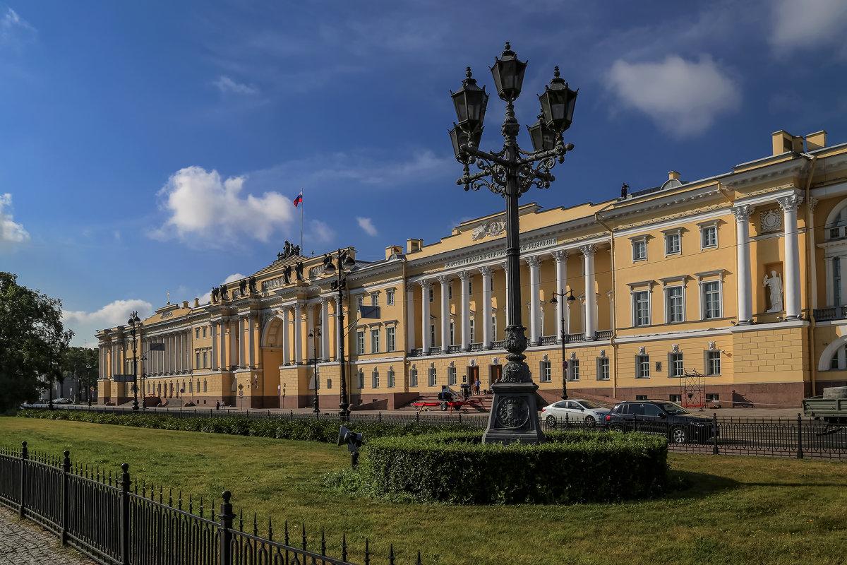 rNlfk_0FzzM Сенатская площадь в Санкт-Петербурге.
