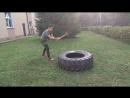 Силовая тренировка с колесом и кувалдой.