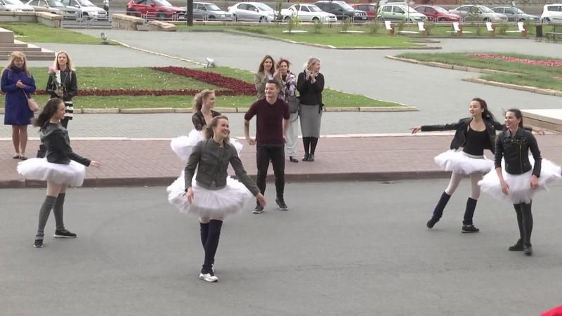 Артисты челябинского театра устроили флешмоб