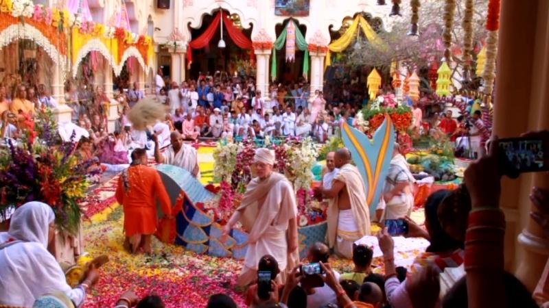 Подготовка к празднику и Катание Радхи и Кришны на лодке в Кришна-Баларам Мандире (Вриндаван)
