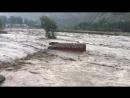 Несколько автобусов смыло паводковыми водами в районе индийского города Манали.
