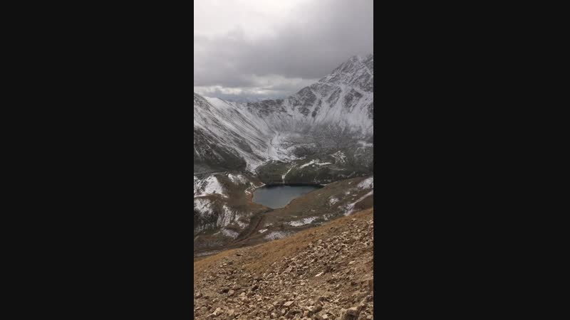 Горное озеро в Мухинском ущелье 3200 м над уровнем моря