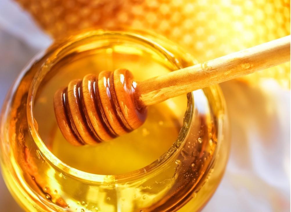 Пчеловоды могут собирать мед, который их пчелы делают.