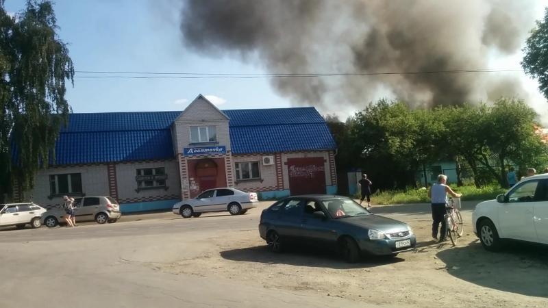 Пожар в Ряжске (дом у десяточки) - сгорело всё (сгорело бы больше, но 3 пожарки все-таки приехали, каждая с интервалом в 30 мин