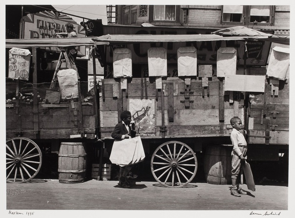 В 1929 году в жизни школьного учителя Аарона Сискинда (Aaron Siskind) произошли важные события: он женился и получил в качестве свадебного подарка фотоаппарат. «Мои первые снимки были сделаны во