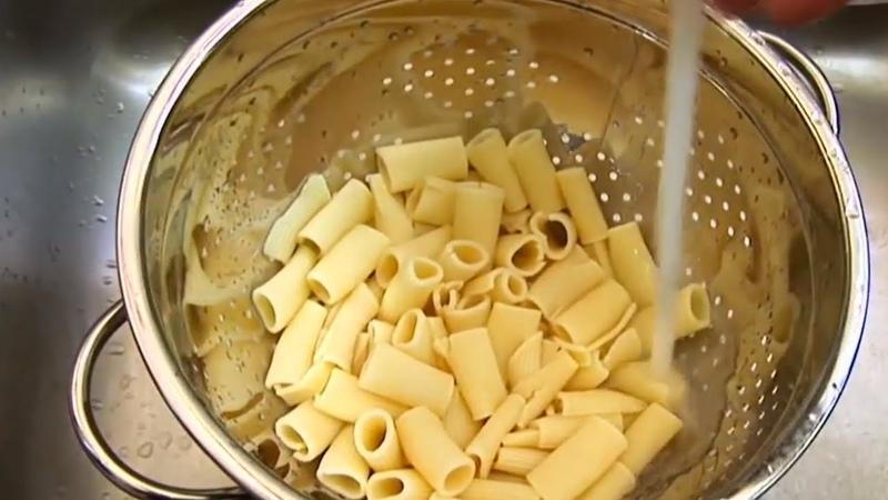 Deshalb wirst du Pasta nie wieder über ein Sieb abtropfen.