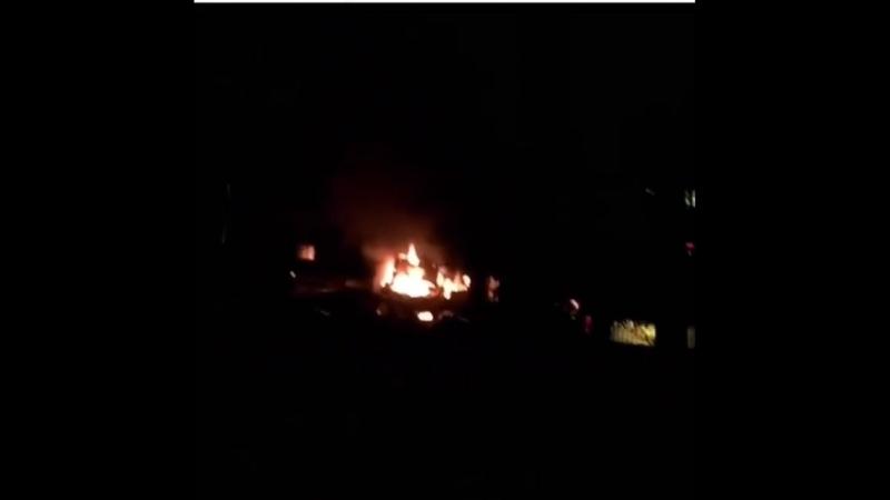 на ул Ставропольской 222 напротив универа сгорела ярким пламенем припаркованная Лада Приора Потушить авто не удалось м