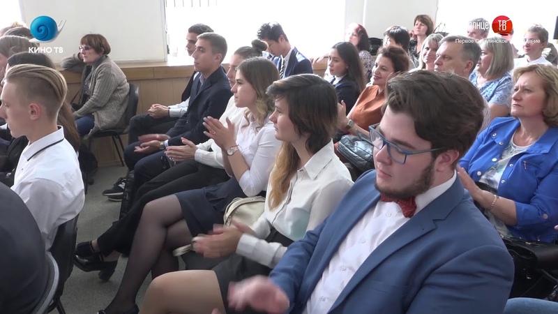 20.06.2018 Школьников Южно-Сахалинска наградили именной стипендией мэра города в 10 000 рублей