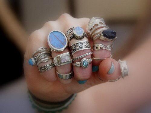 что означают кольца на пальцах у женщин и мужчин многие люди предпочитают носить кольцо на определенном пальце и в большинстве случаев объясняют это удобством. на самом же деле такой признак раскрывает характер человека и даже может поведать о его