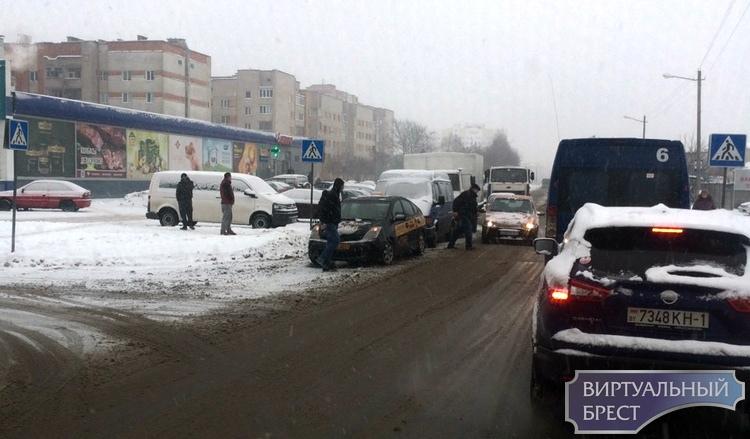 Из-за непогоды в Бресте большое количество ДТП: на М1 перевернулся грузовик