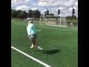 Девушка демонстрирует мастер класс ударов по воротам