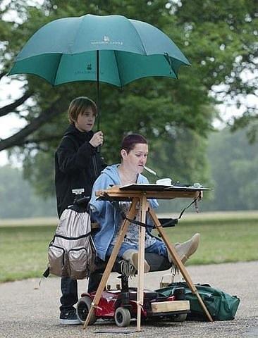 Быть матерью-инвалидом - это не постель из роз Она достойна восхищения! Элисон Лаппер - художница. Она живет в Великобритании. Элисон родилась с врожденной аномалией - у нее нет рук, и