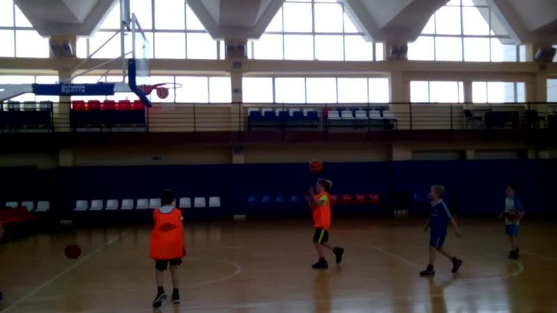 Вырос внук баскетболистом.