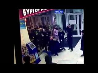 Драка охраны с посетителем в Бургер-Кинге в Екатеринбурге