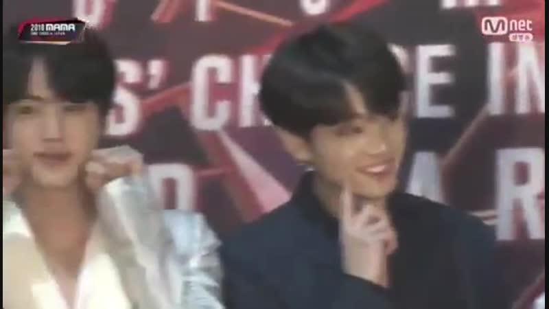 [LIVE 2018MAMA ] BTS pose for the keyword