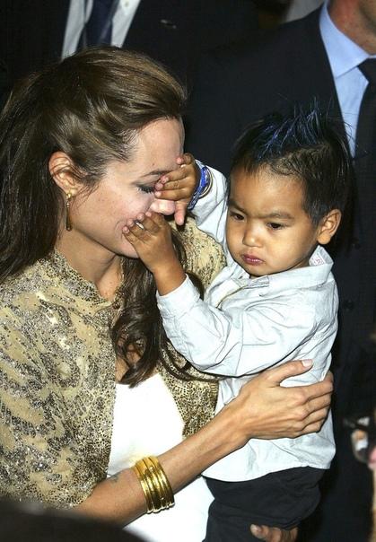 Истории из жизни Анджелины Джоли в фотографиях Ко дню рождения голливудской звезды.