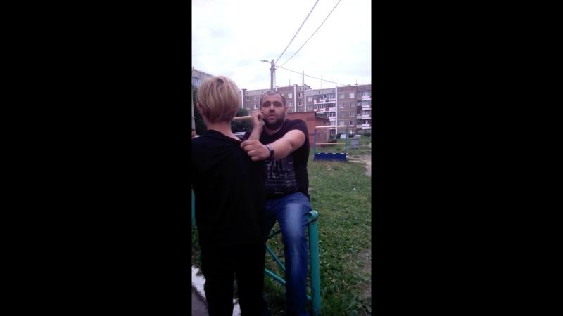 Мужчина избивает ремнем ребенка