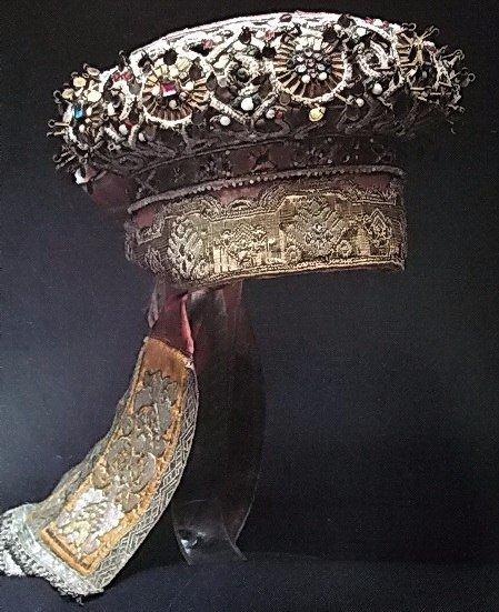 Русский кокошник, XVIII - XIX вв Кокошник известен со времен Древней Руси (по крайней мере, с XVII века, когда впервые задокументировано употребление слова). Хотя точное время его возникновения