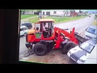 В белебее тракторист смял автомобили и скрылся с места аварии