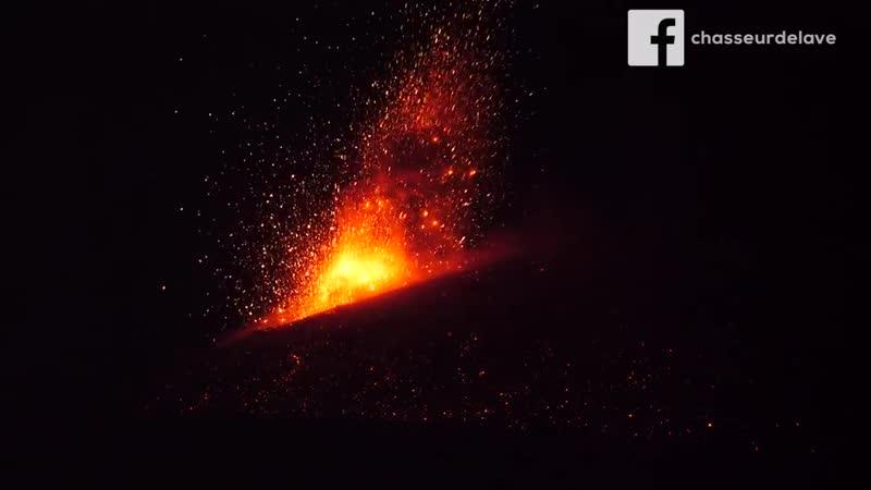 Извержение вулкана Анак-Кракатау (Индонезия, декабрь 2018).