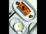 Запеченный норвежский лосось с рагу из грибов и шпината на подложке из слоёного теста с соусом из икры