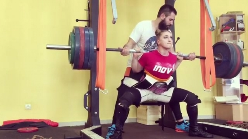 Красивая девушка Julia Vins приседает с 215 кг. Супер мотивация. Бодибилдинг, качалка, тренировки тренинг накачать спорт мышцы