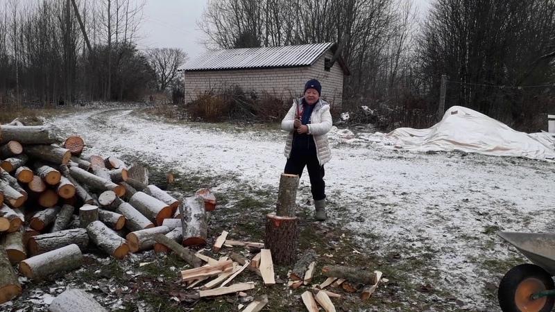 Как ловко женщина рубит дрова
