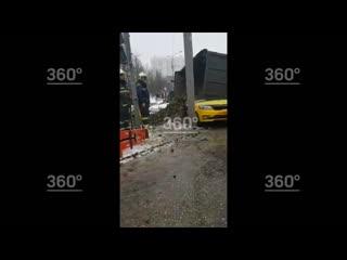 Срочно! Жёсткое ДТП в Москве, грузовик упал на такси
