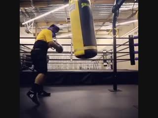 Майки Гарсия вкачивает закись азота в себя перед боем со Спенсом