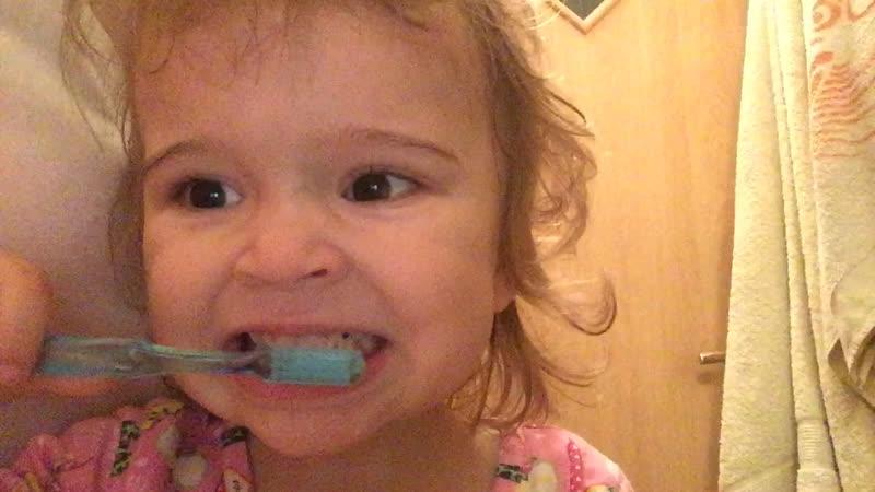 Зубки чистим