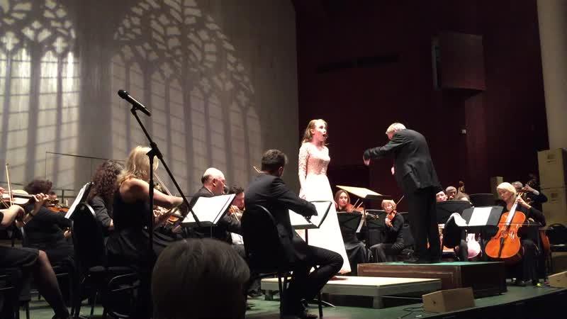 Выступление Михаль Нейман в Московском международном доме музыки в сопровожднии оркестра