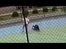 Câmera de condomínio de Brasília mostra o momento em que uma das crianças caiu