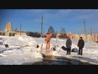 Купчинские моржи ныряют в прорубь в парке Интернационалистов
